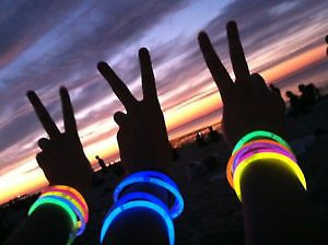 glow-band2._100pcs-neon-glow-sticks-band-with-assorted-colors-straw